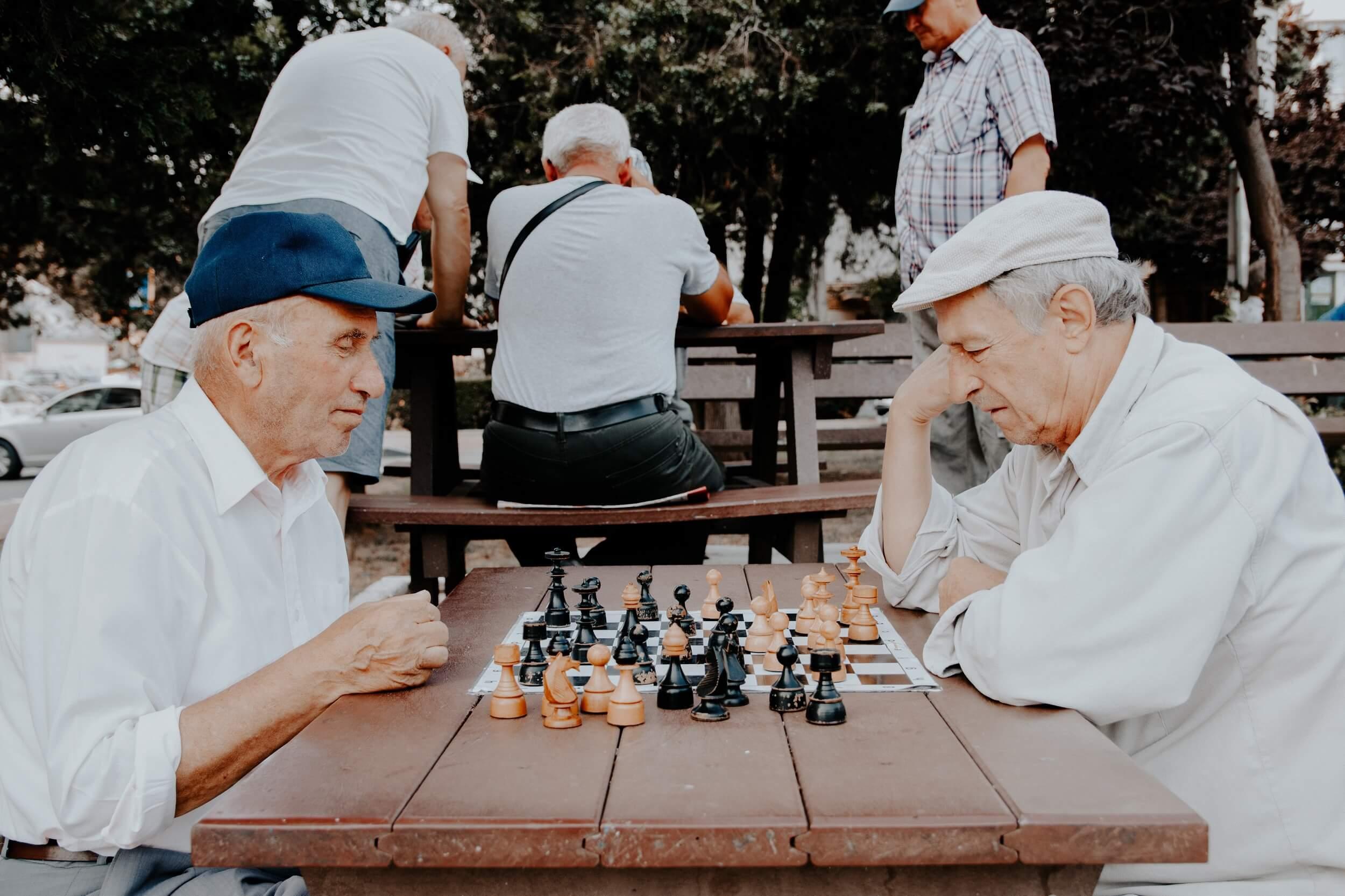 Bewohner beim Schach spielen
