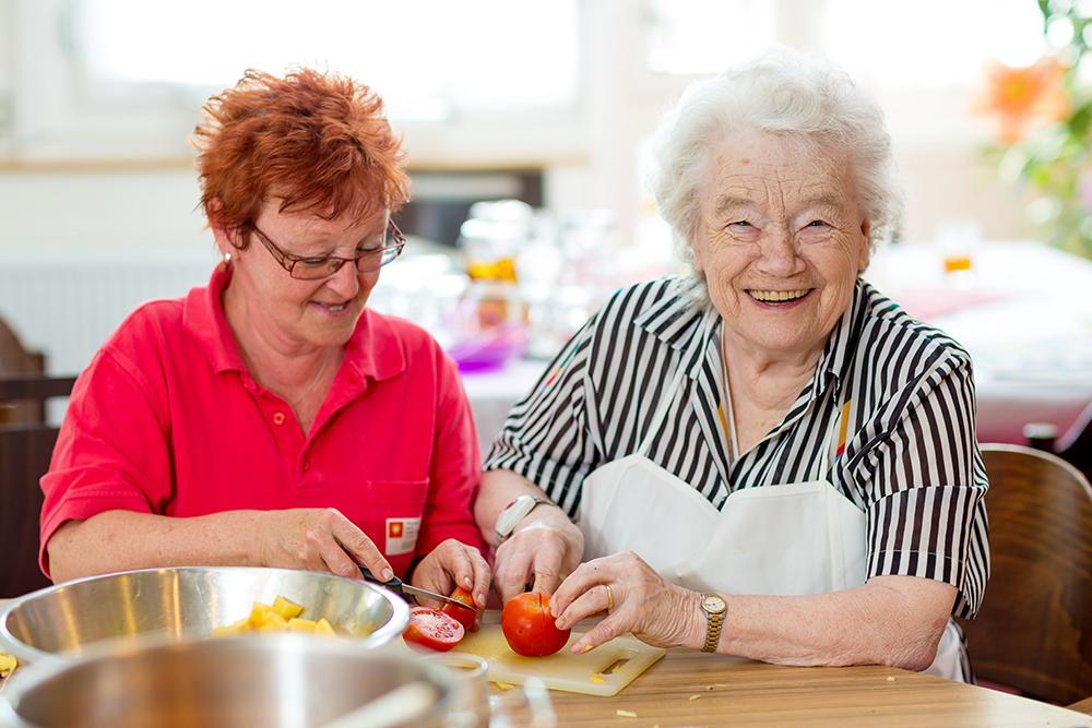 Bewohnerin und Betreuerin beim Kochen in der Tag Familie.